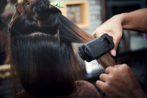 fryzjer-w-trakcie-wykonywania-flamboyage