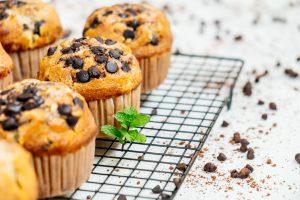 Muffinki-prosto-z-pieca-z-kawalkami-czekolady