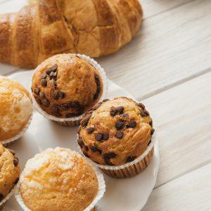 Muffinki z czekoladą na talerzu