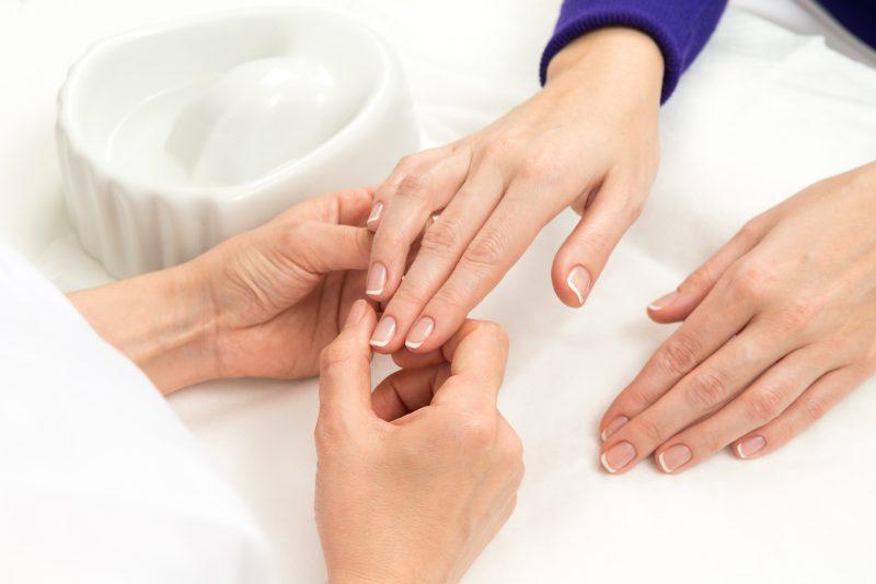 uratuj-zniszczone-paznokcie-po-hybrydzie