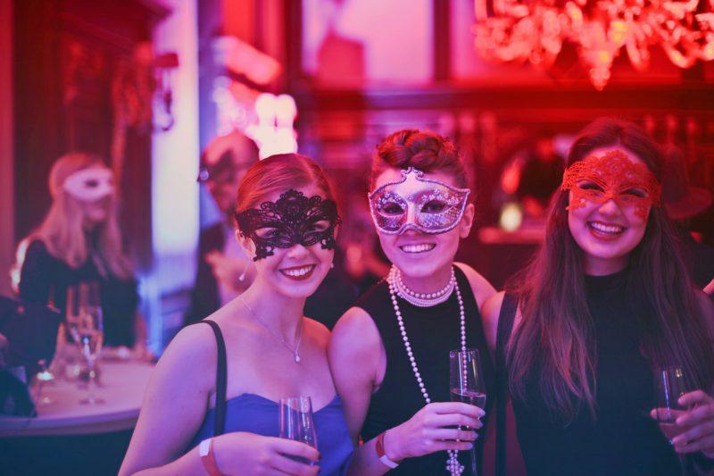 przyjaciółki na imprezie z okazji Sylwestra