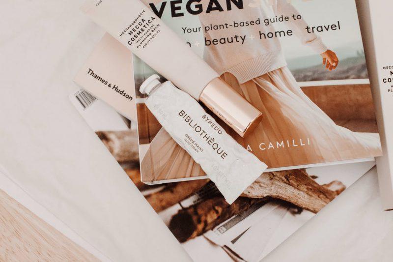 kosmetyki leżące na modnej gazecie